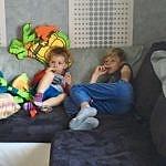 Théo & Valentin sur le canapé chez pépé & mémé.