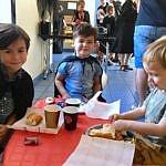 Léon, Andrea & Théo mangent lors de la fête Harry Potter à Bezenet.