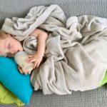 Théo dort avec son biberon