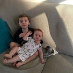 Théo & Florentin sur le canapé