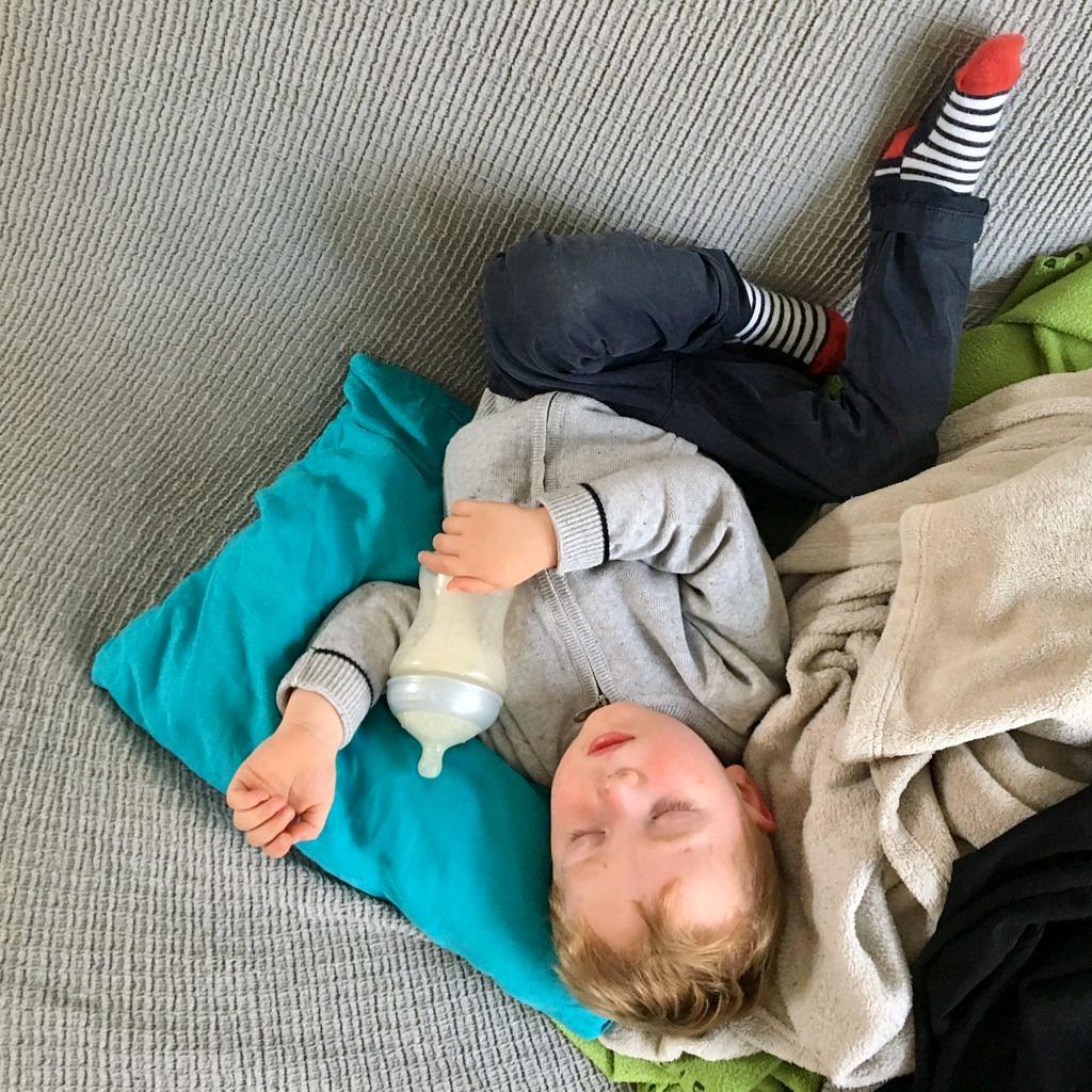 Théo dort la tête à l'envers.